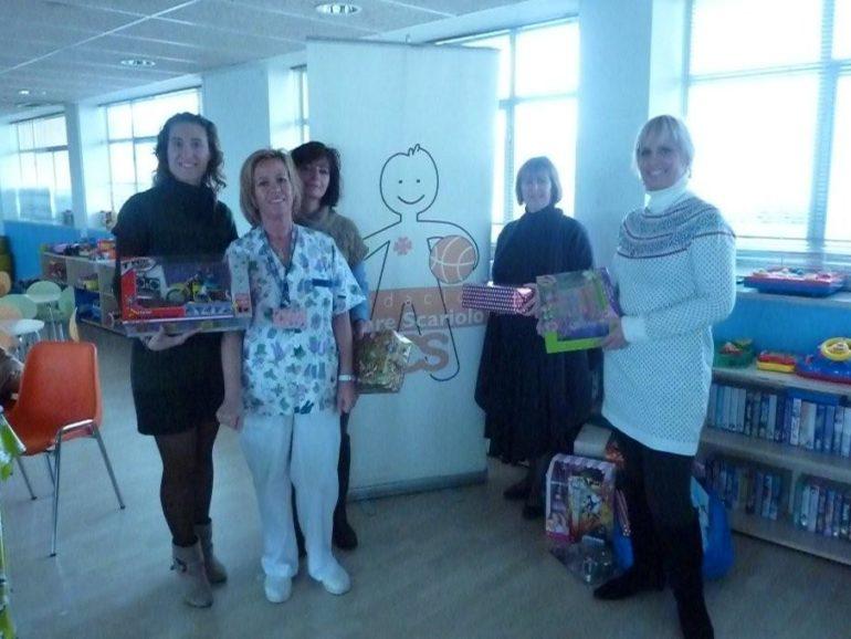 Entrega de juguetes en colaboración con el Colegio Laude